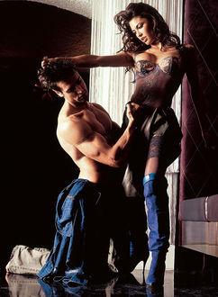 Фото Красивые девушка и парень в любовной прелюдии