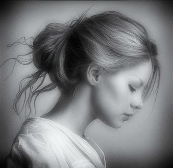 Фото Девушка с опущенными глазами в профиль