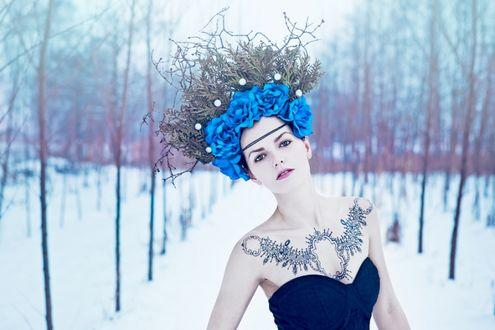 Фото Девушка в венке из голубых роз и веточками дерева на зимнем фоне, by Karolina Ryvolova