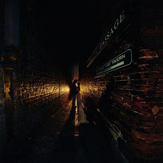 Фото Девушка с парнем стоят на ночной улочке между домами, фотограф Игорь Булгак