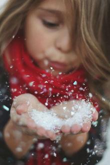 Фото Девочка сдувает снег с рук