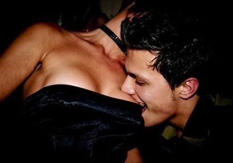 Фото Мужчина эротично стягивает ртом платье с девушки