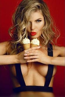 Фото Белокурая девушка с мороженым в руках