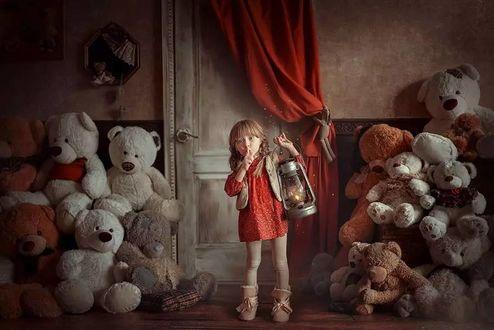 Фото Девочка с фонарем в руке стоит посреди игрушечных медведей, фотограф Анна Гис