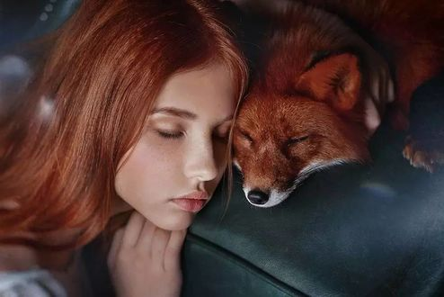 Фото Девочка с закрытыми глазами рядом с лисой, фотограф Анна Гис