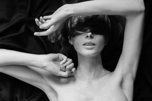 Фото Девушка держит руку у лица