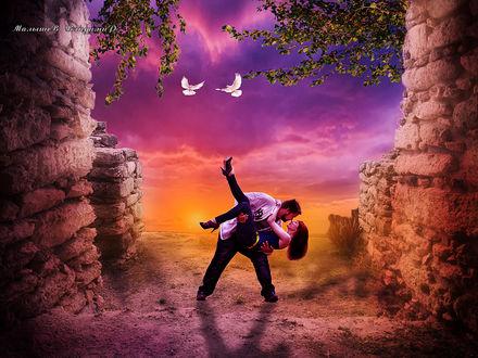 Фото На закате обнявшись парень держит на руках девушку