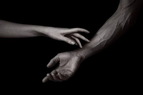Фото Рука девушки прикасается к руке парня
