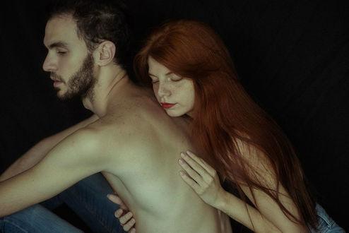 Фото Рыжеволосая девушка с закрытыми глазами обнимает парня, by Ddenisee