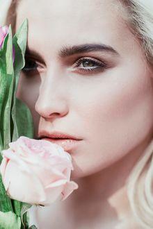 Фото Девушка с розой у лица, фотограф Jovana Rikalo
