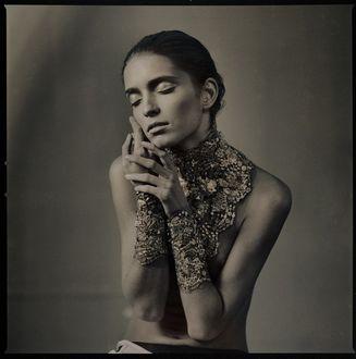 Фото Девушка держит руки у лица, фотограф Дмитрий Павлов