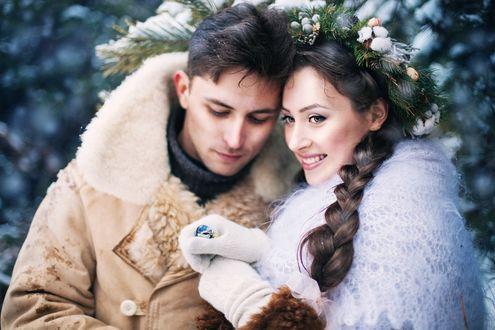 Фото Влюбленная пара стоит под ветками ели, фотограф Екатерина Караваева
