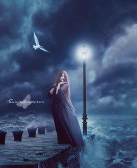 Фото Рыжеволосая девушка стоит на краю пирса у фонаря на фоне штормового моря, by Maiarcita