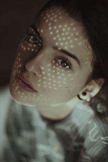 Фото Портрет красивой кареглазой девушки с солнечными бликами на лице, by Alessio Albi
