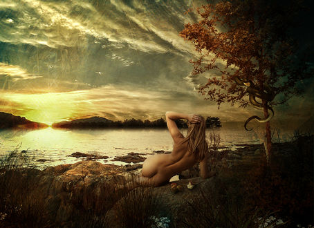 Фото Обнаженная девушка лежит у водоема рядом с деревом, которое обвила змея, фотограф Серега