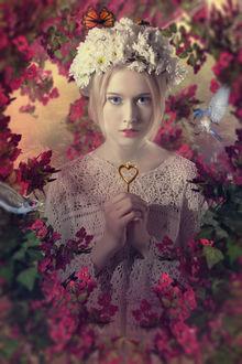 Фото Девушка с венком из цветов держит в руках сердечко, by Claudia McKinney