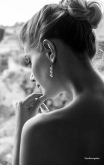Фото Задумчивая девушка держит руку у лица, фотограф Jordi Morgadas
