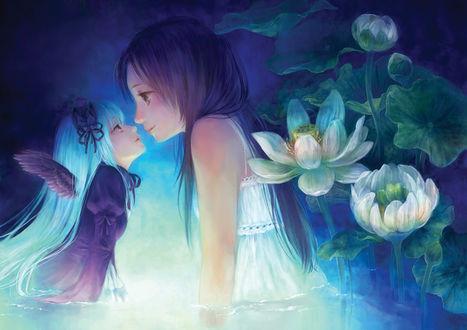 Фото Ангел и девочка смотрят друг другу в глаза стоя в воде