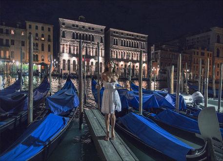 Фото Девушка в платье, с обнаженной грудью, стоит на набережной Venice / Вениции, by photoport