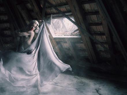 Фото Полуобнаженная танцующая девушка блондинка на чердаке старого дома, by Phillip Danner