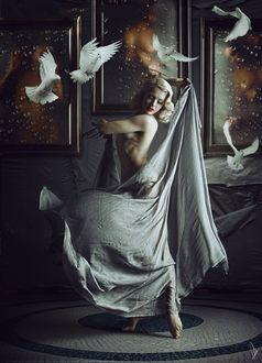 Фото Девушка полуобнаженная прикрытая тканью танцует на мозаичном полу в окружении голубей и картин, by Flobelebelebobele