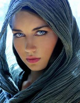 Фото Красивая девушка брюнетка с выразительными глазами