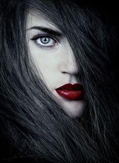 Фото Портрет красивой девушки с красивыми глазами и с красной помадой на губах, by Cristina Otero