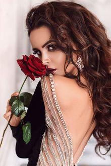 Фото Девушка с красной розой в руке