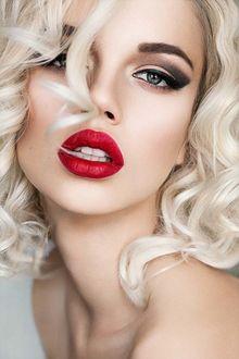 Фото Портрет блондинки с ярким макияжем