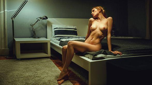 Фото Обнаженная девушка сидит на кровати, фотограф Георгий Чернядьев