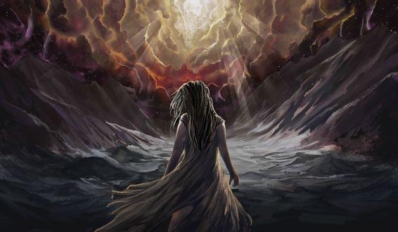 Фото Девушка в горах идет навстречу солнцу