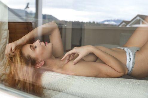 Фото Девушка с закрытыми глазами лежит на постели за стеклом, фотограф Martin Niederberger