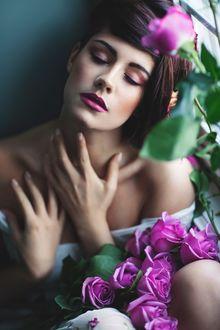 Фото Девушка с букетом роз сидит окна, фотограф Irene Rudnyk