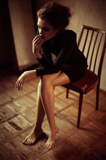 Фото Модель Alina Savarovska / Алина Сваровская в строгом платье сидит на стуле, положив руки на колено, фотограф Anna Shakina / Анна Шакина
