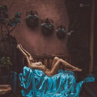 Фото Обнаженная модель Камила с тату лежит на голубой ткани, by DanHecho