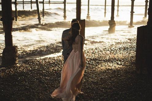 Фото Парень с девушкой прогуливаются по побережью, by emuciss