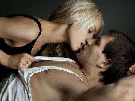 Фото Девушка касается губами губ парня