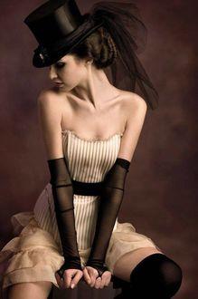 Фото Девушка в шляпе и в платье с оголенными плечами