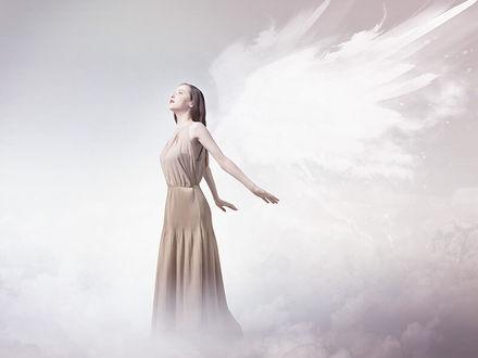 Фото Девушка в образе ангела на облаках