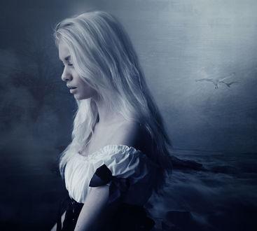 Фото Девушка с белыми волосами в платье с оголенными плечами опустила глаза вниз на фоне морского пейзажа. Фотоманипуляция Олега Кириченко