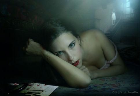 Фото Девушка с кровью на руке лежит на полу на фоне лестницы, где стоит на ступенях девушка. Фотоманипуляция Олега Кириченко