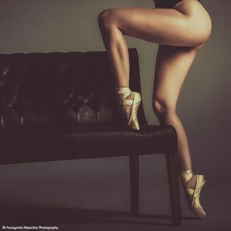 Фото Девушка-балерина в пуантах держит ножку на диване, by Panagiotis Assonitis