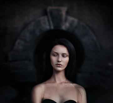 Фото Грустная девушка брюнетка с оголенными плечами смотрит в сторону. Фотограф Елена Алферова