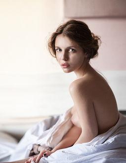 Фото Полуобнаженная девушка с красивыми глазами и приоткрытым ртом сидит на постели. Фотограф Антон Ловченко