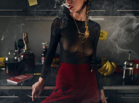 Фото Модель Алена в полупрозрачной черной кофточке с сигаретой в руке, фотограф Роман Филиппов