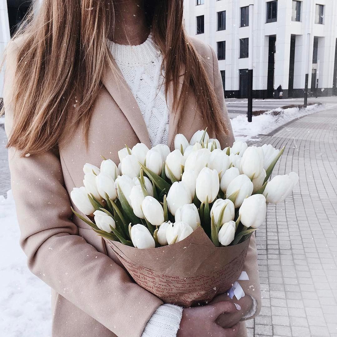 Красивые картинки девушек с цветами в руках без лица