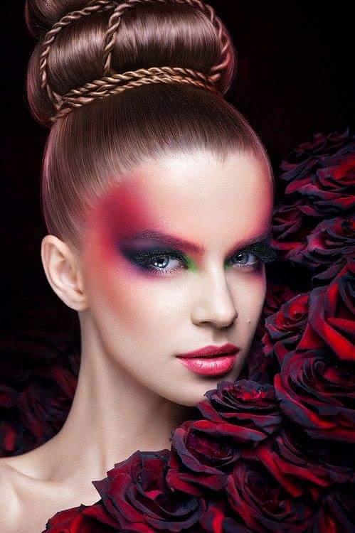 Фото Девушка с ярким макияжем рядом с розами