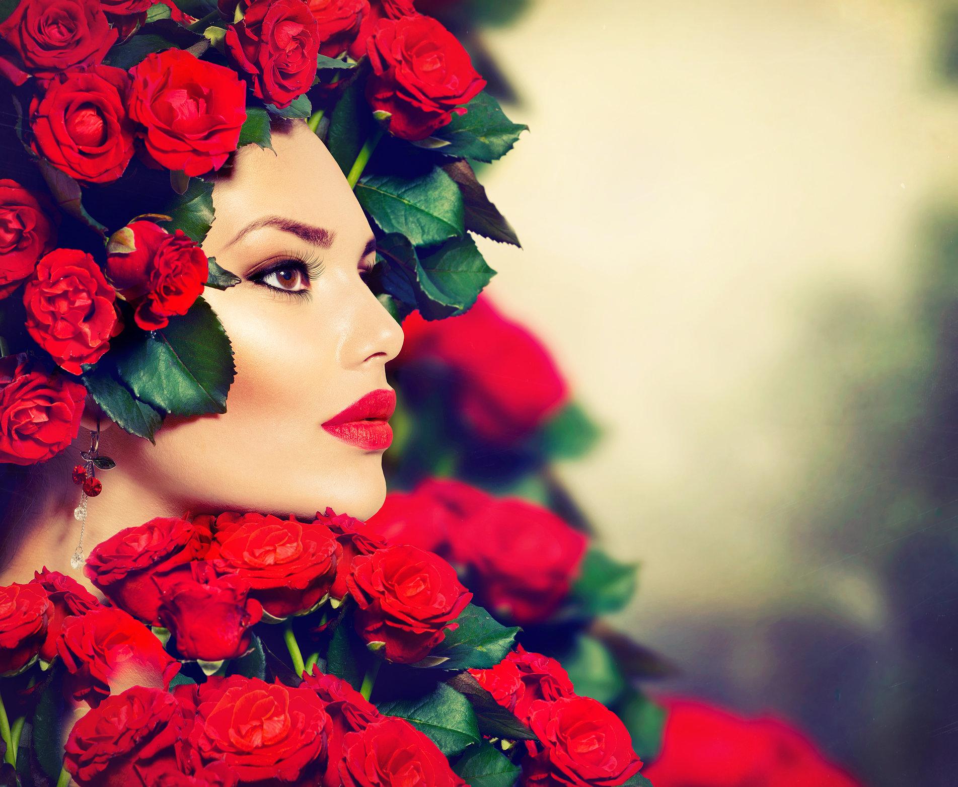 Фото Лицо девушки в оружении красных роз