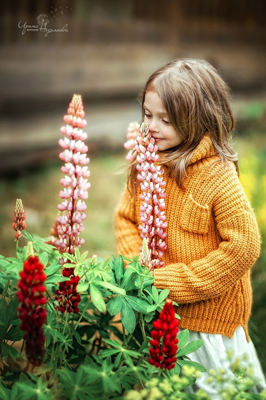 Фото Девочка стоит рядом с цветами, фотограф Недялкова Ирина