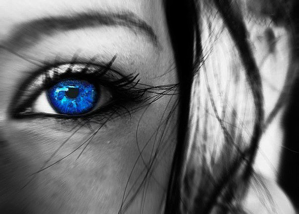 Фото Голубой глаз девушки на черно-белом фоне